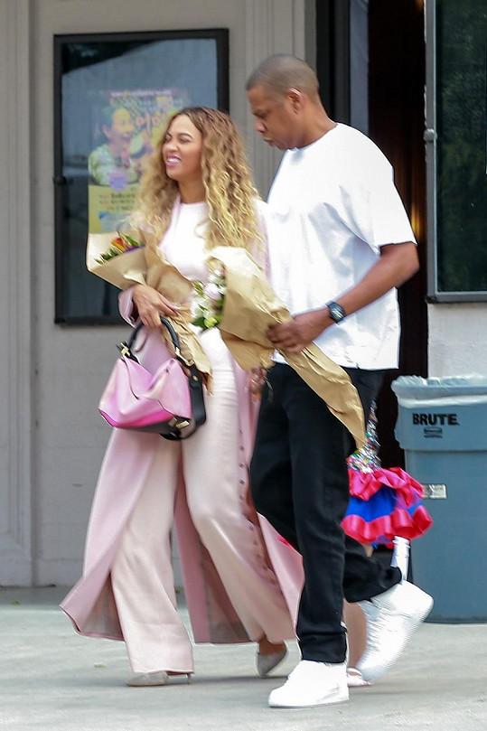 Celebrity jsou na ulici mnohdy vcelku nenápadní kolemjdoucí...