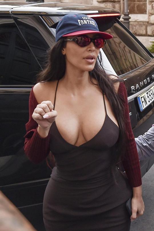 Kim se hlubokého výstřihu rozhodně nebojí.