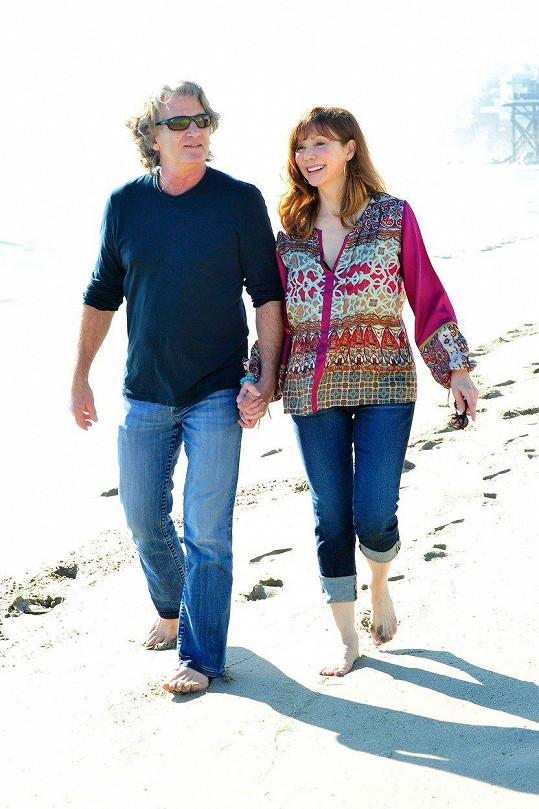 Victoria Principal s přítelem Rickem Osbornem. Ze snímku je patrné, že herečce láska prospívá.