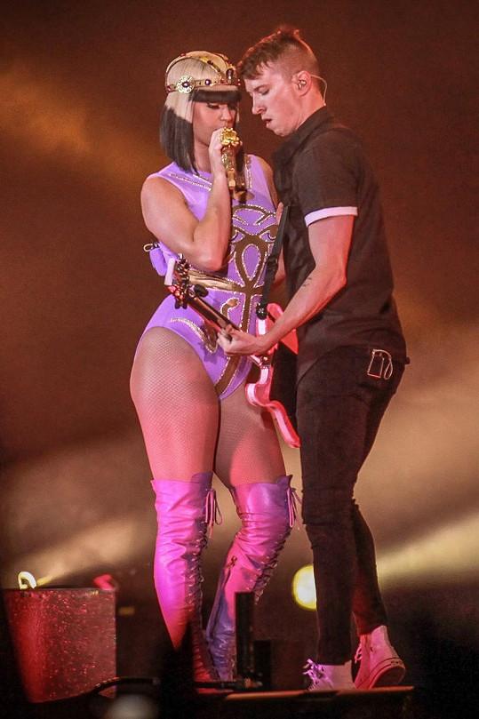 Katy Perry si zalaškovala se svým kytaristou.