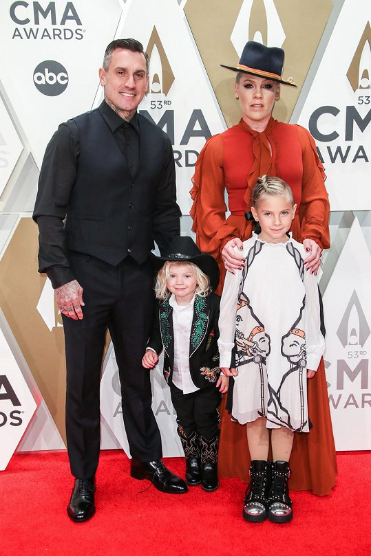 Pink s manželem Careym Hartem, dcerou Willow a synem Jamesonem