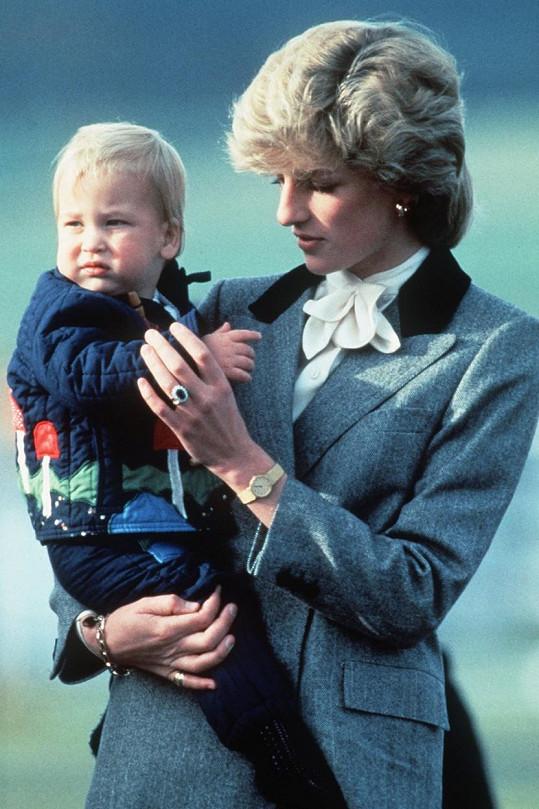 Na snímku princezny Diany s princem Williamem se krásně vyjímá safírový zásnubní prsten, který má nyní podle odborníků nevyčíslitelnou hodnotu.