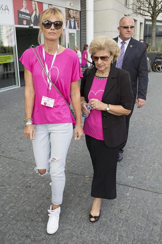Daniela Peštová s maminkou Pavola Habery na pochodu proti rakovině prsu