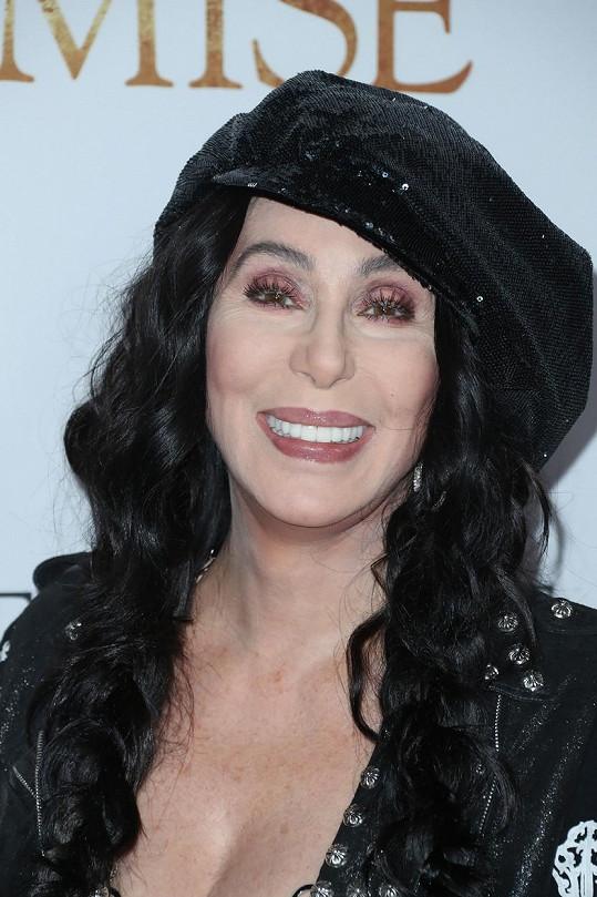 Sedmdesátiletá popová babička Cher.