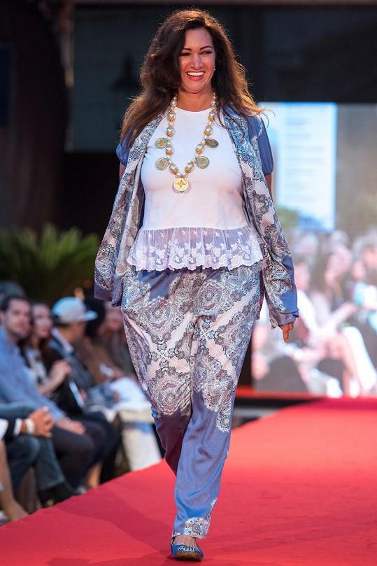 Bývalá Miss Karin Majtánová předvádí módu pro plnoštíhlé.
