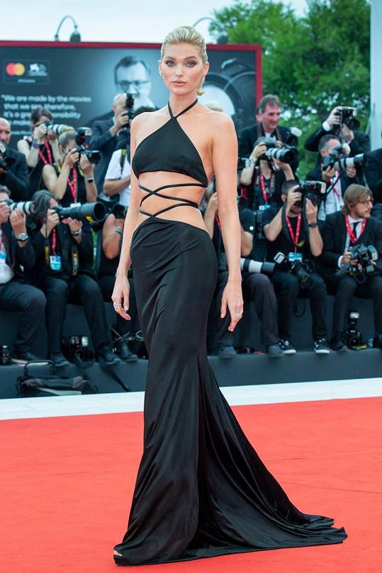 Na Benátském filmovém festivalu zaujala Elsa Hosk odvážným modelem.