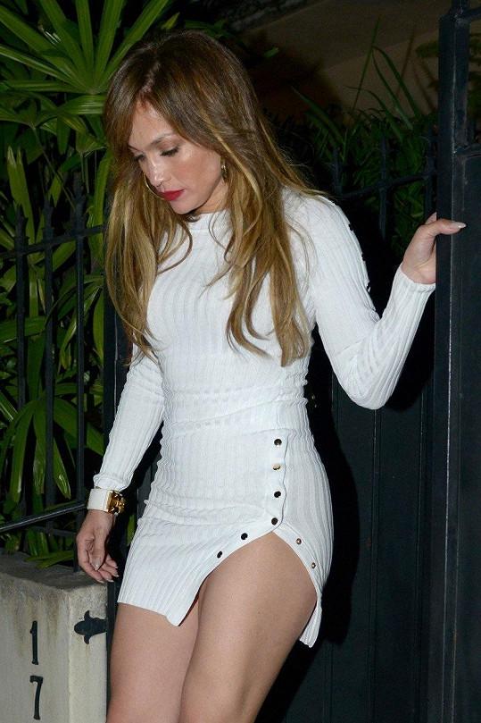 I Jennifer Lopez měla co dělat, aby si uhlídala ve vší počestnosti to, co skrývaly minišatičky s maxi rozparkem, když se v březnu vydala na večeři se svým partnerem Alexem Rodriguezem.
