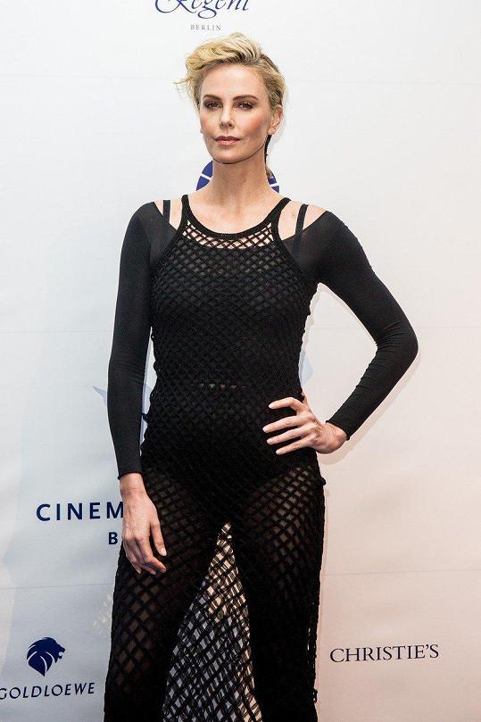Charlize Theron provokovala v Berlíně v síťovaných šatech.