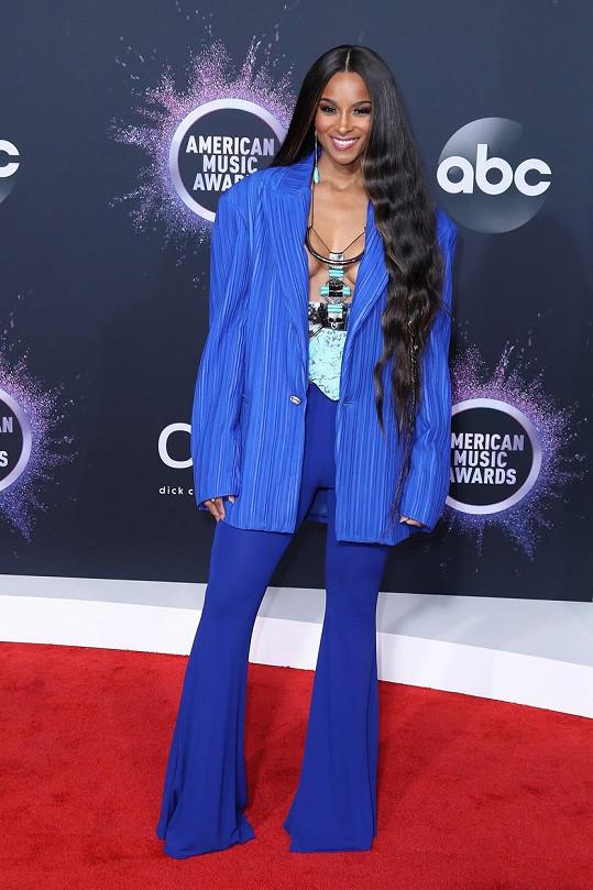 Večerem provázela zpěvačka Ciara, v maxi saku své přednosti neschovávala.