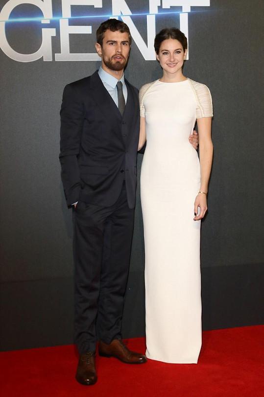 Herci Theo James a Shailene Woodley na premiéře Rezistence