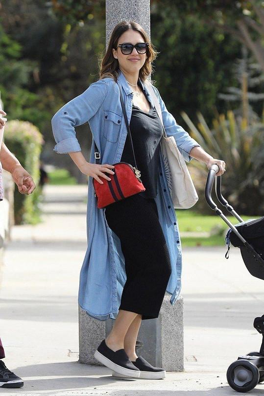 Jessica Alba potřetí zakouší být novopečenou matkou. Syn Hayes se jí narodil na (našeho) Silvestra.