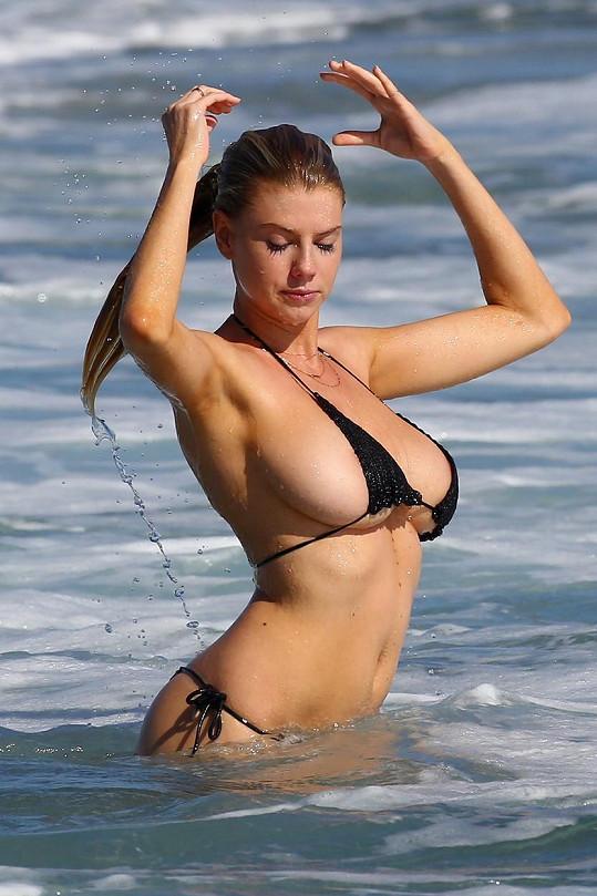 V Malibu málem ukázala celá prsa.