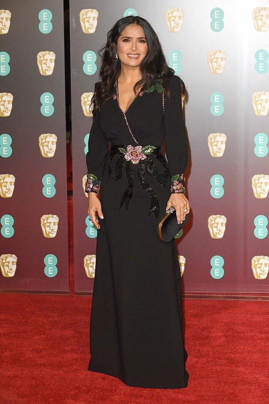 Černé šaty z módního domu Gucci rozsvítily Salmě Hayek květinové aplikace s flitry.