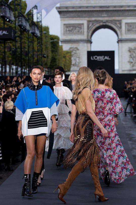 Toto je defilé modelek z show značky L'Oréal na Champs-Elysées v Paříži.