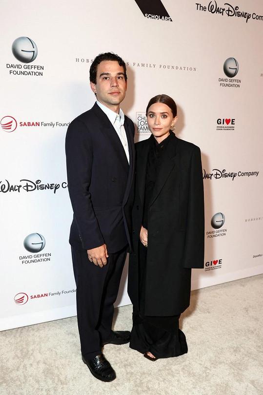 Ashley Olsen vyrazila s partnerem Louisem Eisnerem na oslavu výročí neziskové organizace.