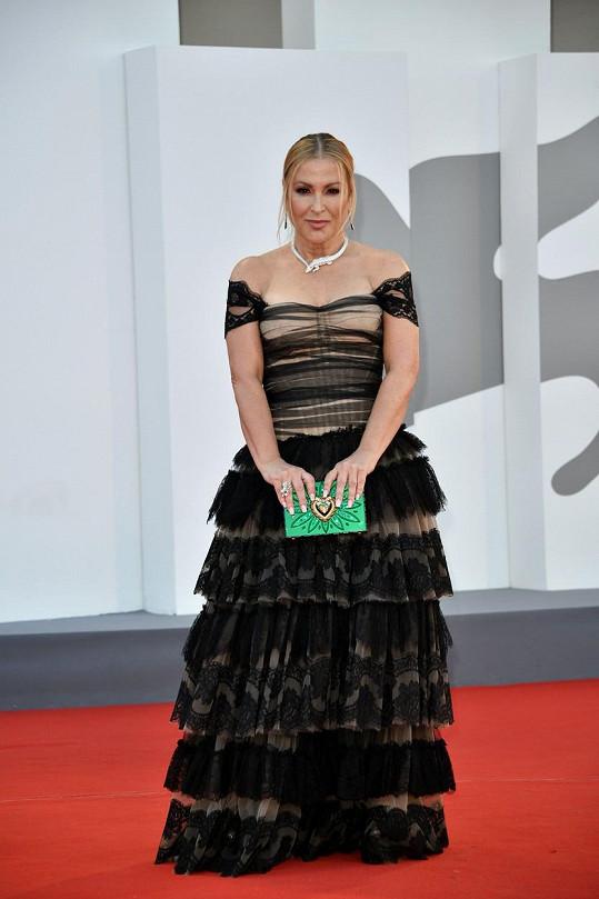 Na premiéru dorazila v šatech Dolce and Gabanna s výrazným náhrdelníkem od Cartiera.
