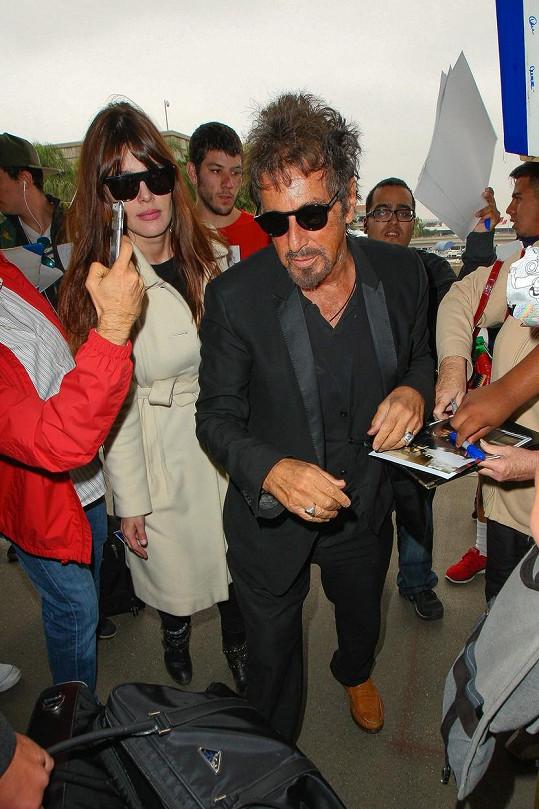 Al Pacino a Lucila Sola na letišti v L.A.