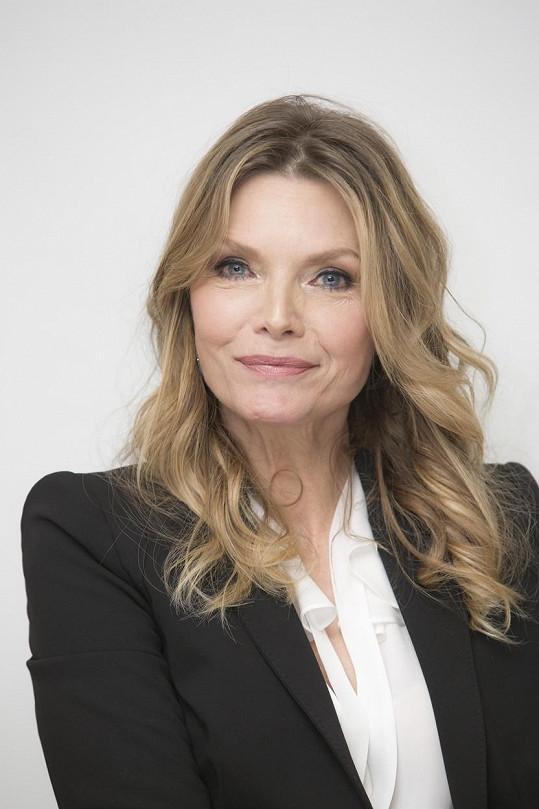 Michelle Pfeiffer vypadá skvěle.