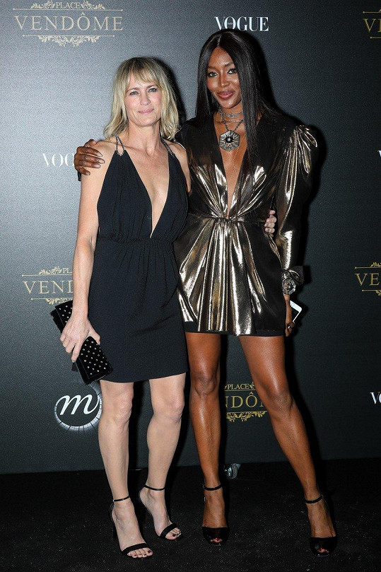 Herečka se vedle Naomi Campbell neztratila.