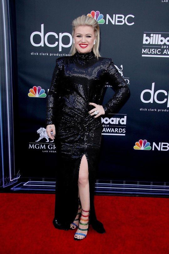 Kelly Clarkson na sobě během akce nedala nic znát.