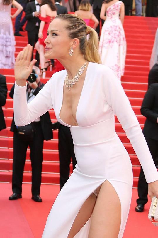 Petra Němcová zvolila šaty s odvážným rozparkem.