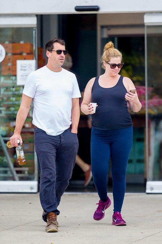 Amy s manželem Chrisem Fisherem, který ji nespouští z očí.