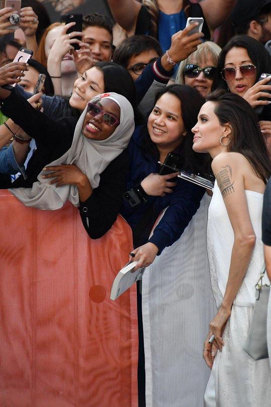 Angelina byla až neuvěřitelně milá a zašla i za diváky.