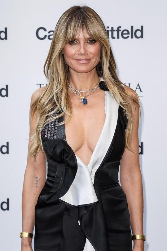 Heidi Klum má po čtyřech dětech perfektní postavu i dekolt.