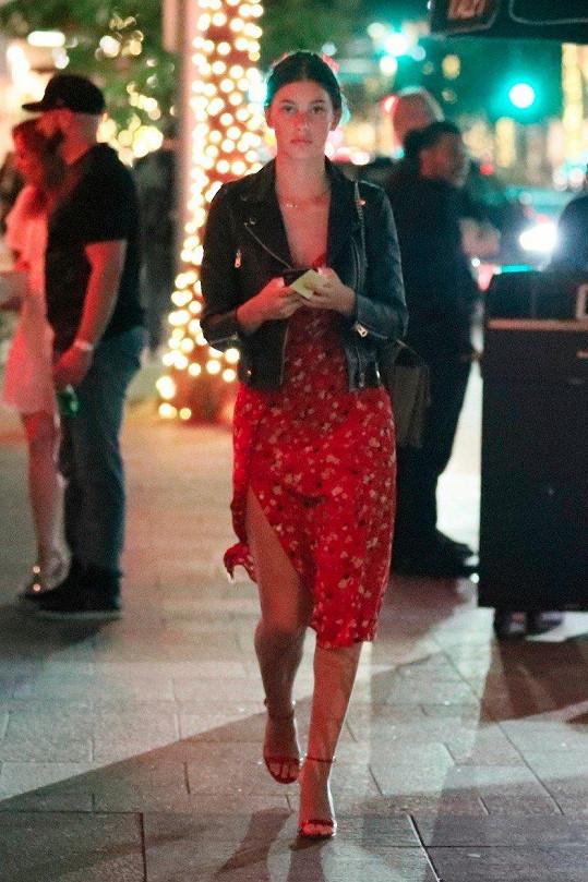 Camila Morrone přichází na večeři do řeckého podniku v Beverly Hills