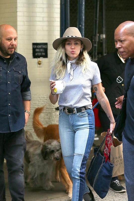 Ačkoliv Miley změnila svoji image už před nějakým časem, takhle usedlou ji Newyorčané málem nepoznali.