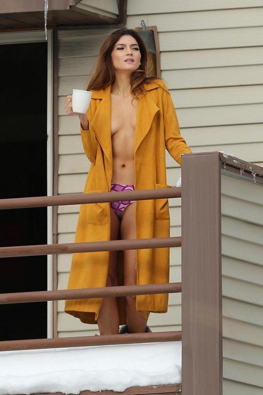 Blanca na balkóně nevyhlížela jaro, ale fotografa.
