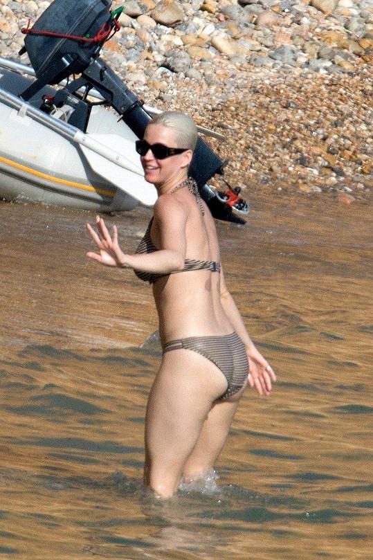Na pláži si užívala sluníčka bez partnera.