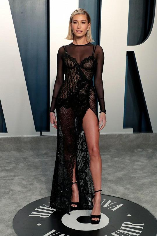 Hailey Bieber vynesla průsvitný krajkový model.