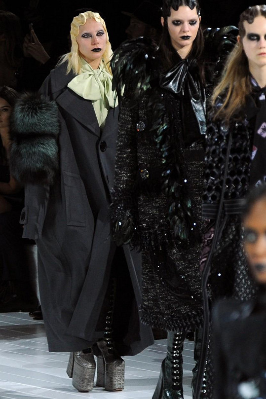 Vizážisté se tentokrát na modelkách vyřádili. Před Gagou kráčí Kendall Jenner.
