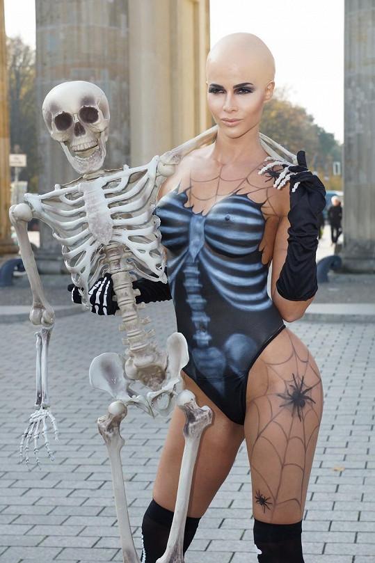 Halloween má Micaela v oblibě.