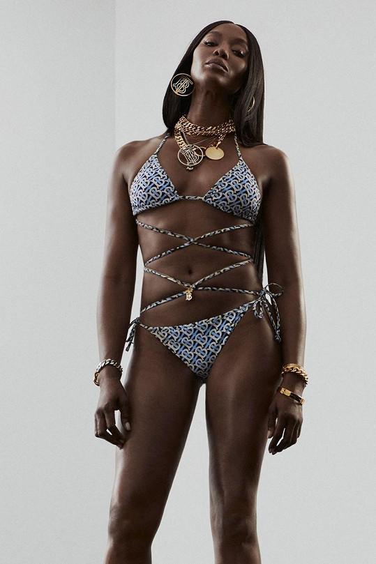 Naomi v 51 letech zapózovala v bikinách.