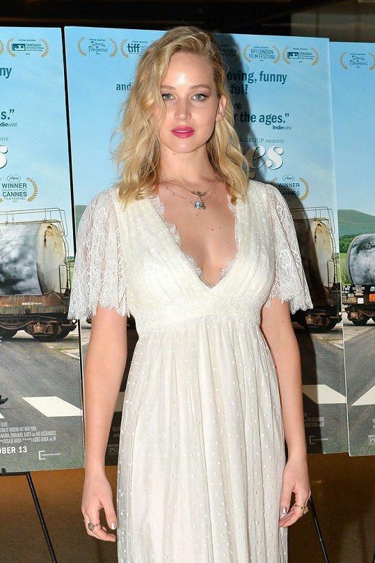 Zpěvák byl spojován také s Jennifer Lawrence.