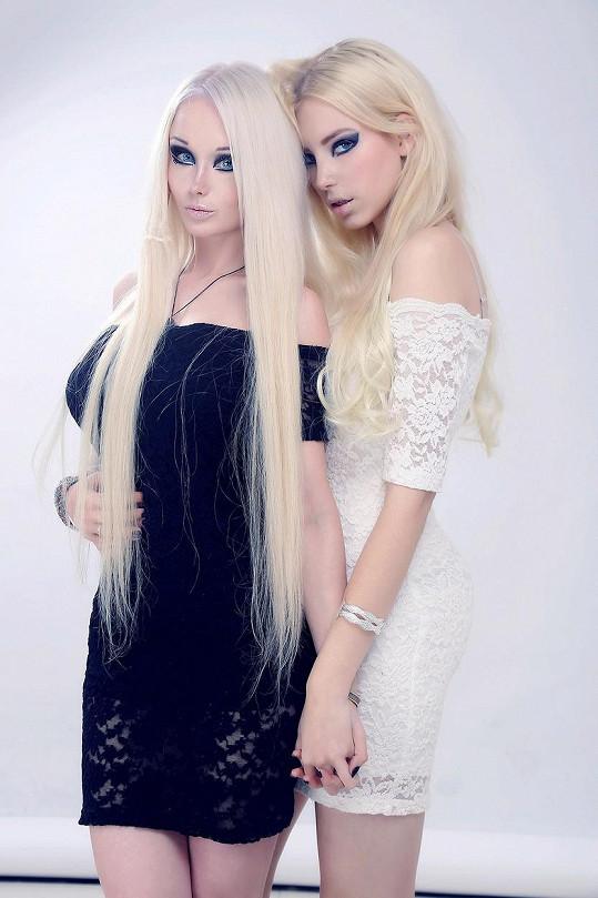 Valeria a její krajanka jsou si i díky make-upu a modrým kontaktním čočkám neuvěřitelně podobné.