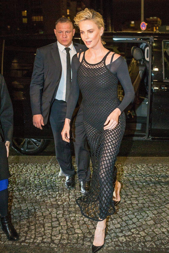 V netradičním outfitu ukázala své sexy křivky.
