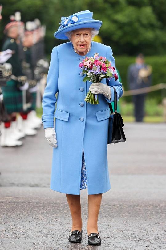 Královna Alžběta II. v modrém kabátku a klobouku při návštěvě Skotska v červnu 2021.