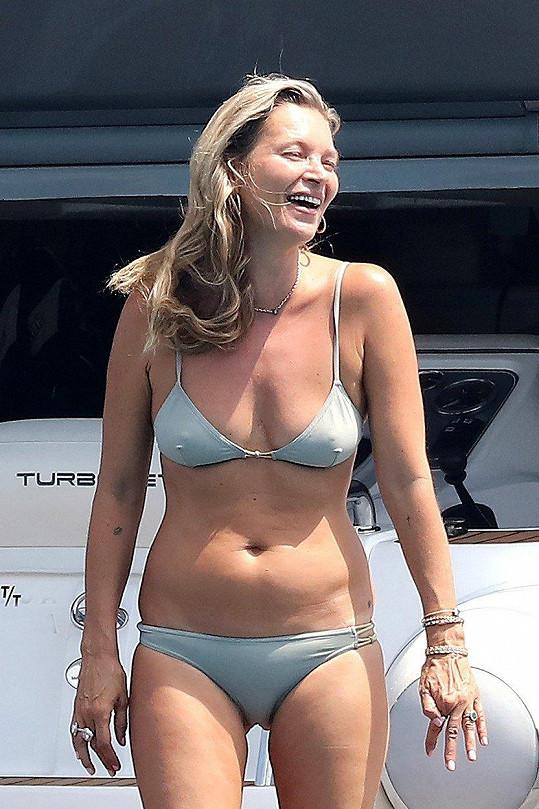 Kate Moss vystavila figuru v bikinách.