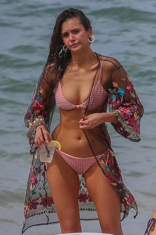 Nina vypadá v bikinách skvěle.