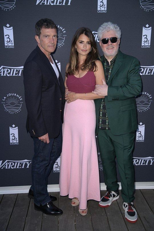 S Antoniem Banderasem (vlevo) a Pedrem Almodóvarem uvedla film Bolest a sláva.