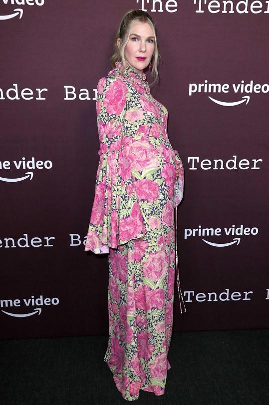 Herečka Lily Rabe na premiéře ukázala rostoucí bříško. Čeká třetí dítě.