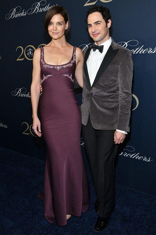 Katie Holmes doprovodil na akci značky Brooks Brothers módní návrhář Zac Posen.