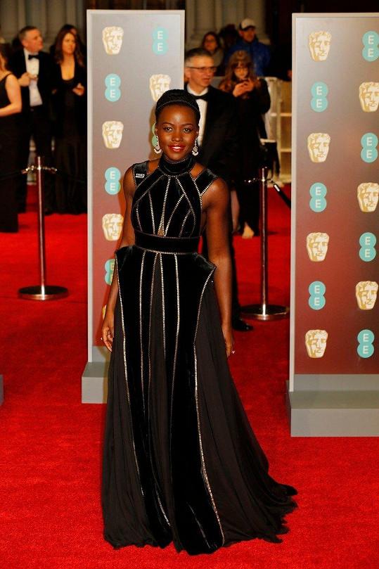 Černá neznamená nudná. To potvrzuje hvězda snímku Černý panter Lupita Nyong'o v couture nádheře od Elieho Saaba.