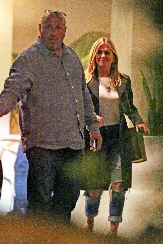 Jennifer Aniston opouští v doprovodu bodyguarda dům své kamarádky Courteney Cox v Beverly Hills.