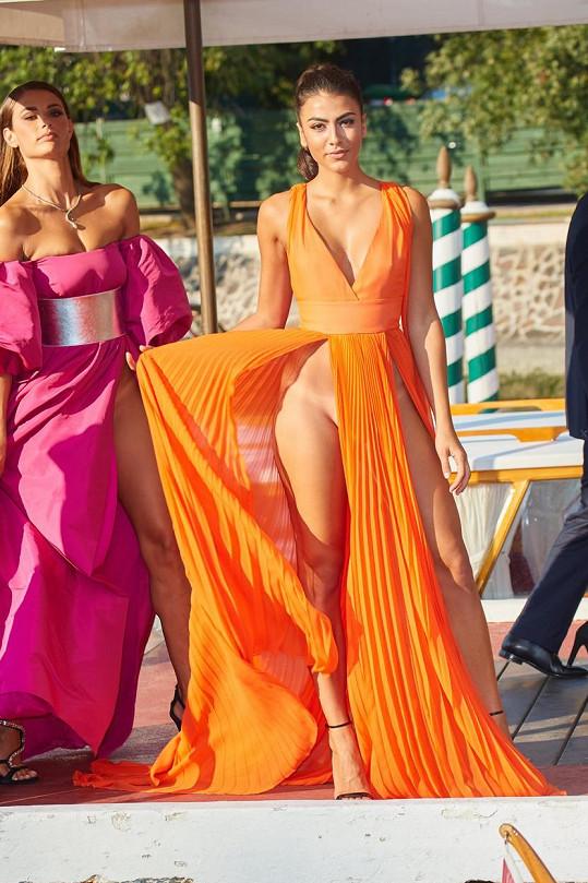 Giulia Salemi (vpravo) a Dayane Mello šokovaly svými modely.