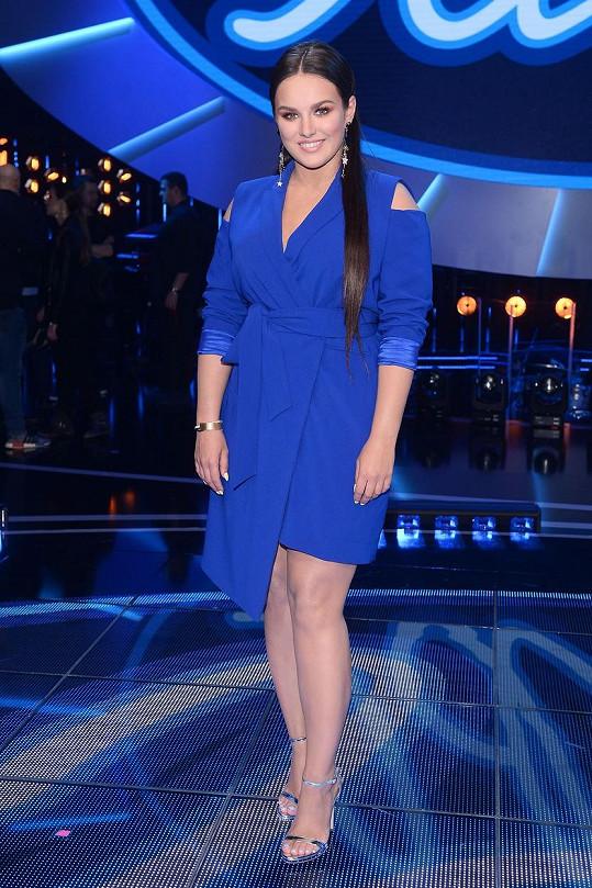 Kdo zpěvačku takto obléká?