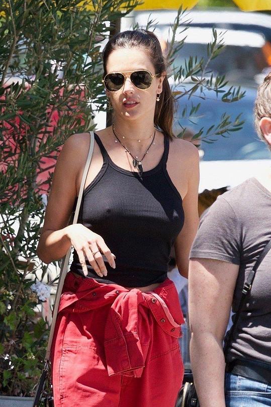 Alessandra Ambrosio vyrazila na odpolední kávu v Los Angeles.